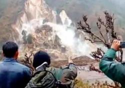 La montagna si sgretola: l'impressionante frana ripresa dai turisti Le immagini amatoriali riprese a Thanpal, in India - CorriereTV
