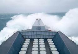 La nave da guerra della marina britannica sfida le onde in mezzo alla tempesta La HMS Sutherland alle prese con onde altissime - CorriereTV