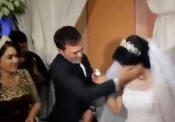 Lo sposo dà uno schiaffo alla moglie durante la cerimonia nuziale La sposina «gioca» con una fetta di torta ma il marito non gradisce - CorriereTV