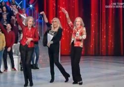 Mara Venier si scatena con le Kessler: il balletto «Dadaumpa» diventa virale A «Domenica In» la conduttrice partecipa alla coreografia resa mitica dalle gemelle tedesche - LaPresse