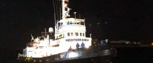 La nave Mare Jonio nel porto di Lampedusa