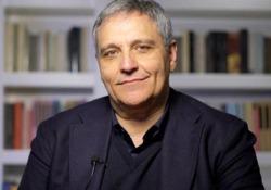 Maurizio de Giovanni: «Non capirò mai le donne, per questo le racconto»  Lo scrittore e il nuovo romanzo  «Le parole di Sara» (Rizzoli) - CorriereTV