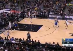 Nba, Curry segna da metà campo allo scadere della sirena Stephen Curry, stella dei Golden State Warriors, ha impressionato il pubblico - Dalla Rete