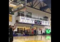 Nba, Curry sembra un robot: non sbaglia un tiro Stephen Curry non ha bisogno di altre dimostrazioni per ribadire il suo talento - Dalla Rete