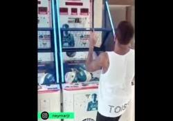 Neymar campione di canestri con la testa Con le sue doti tecniche Neymar può tutto, anche nel basket - Dalla Rete