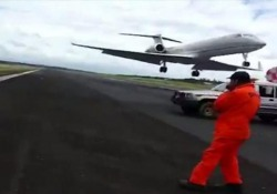 Paraguay: l'aereo sfiora gli operai che riparano la buca sulla pista Incidente evitato per un soffio all'aeroporto  Asunción Silvio Pettirossi, di Luque - CorriereTV