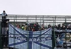 Polonia: i tifosi ospiti rinchiusi nella gabbia I tifosi dell'Hutnik Nowa Huta sono stati fatti accomodare all'interno di una gabbia per assistere alla partita - CorriereTV