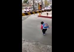 Sicurezza innanzitutto: come i bambini imparano ad affrontare i pericoli della strada. Il video viral  - Corriere Tv