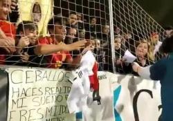 Spagna, il fan di Sergio Ramos impazzisce fino a piangere per la maglietta Questo giovane fan di Sergio Ramos che ha ricevuto la maglietta dal suo idolo ed è scoppiato in lacrime - Dalla Rete