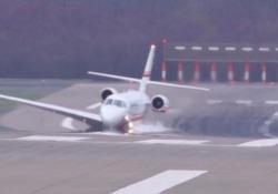 Troppo vento in pista: l'atterraggio è spaventoso (e spettacolare) La manovre mozzafiato all'aeroporto di Düsseldorf - CorriereTV