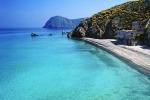 Una spiaggia di Salina, nell'arcipelago delle Eolie
