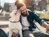 Un uomo con il suo cane