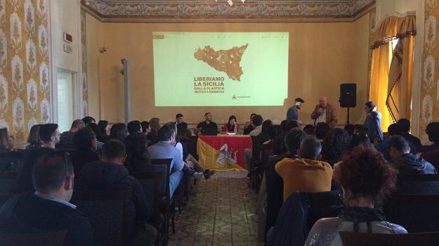 Lassala peddiri- la plastica fa schifo, Samadhi Lipari, Sicilia, Società