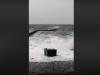 Vento di scirocco a Pasquetta, isolate le Eolie: onde alte e mareggiate a Lipari, danni al pontile