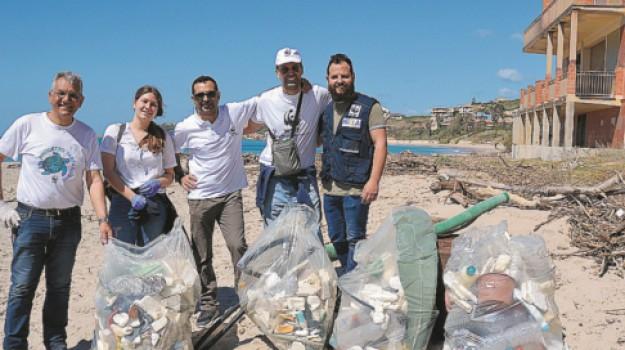 rifiuti, Sciacca, Spiaggia dello Stazzone, wwf, Agrigento, Cronaca