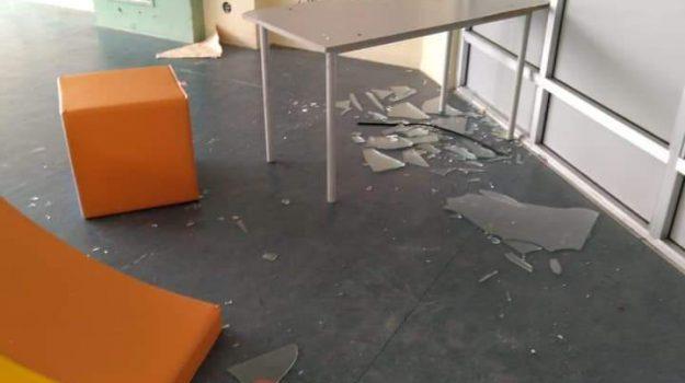 scuola falcone, vandali, Zen, Palermo, Cronaca