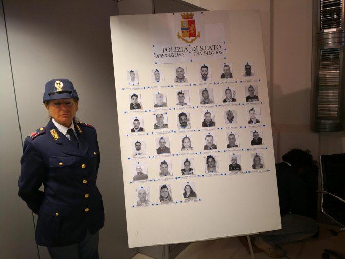 Il tabellone con le foto degli arrestati esposto in questura a Palermo