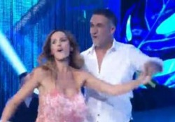 Batistuta ballerino con la moglie Irina, scatenati a ritmo di cumbia L'ex campione della Fiorentina a Ballando  - Corriere Tv