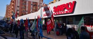 Lavoro, licenziamenti per 42 dipendenti dei supermercati Sma Simply: sit-in a Palermo