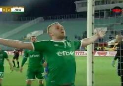Bulgaria, esulta sotto la curva degli avversari e provoca l'invasione dei tifosi Cosmin Moti non ha scelto un buon modo per esultare - Dalla Rete