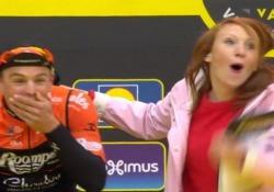 Ciclismo, la giornalista bacia (per sbaglio) il corridore La scena in Belgio pochi minuti prima dell'inizio - CorriereTV