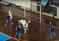 Calcio a 5, il gran gol di tacco dell'argentino Lucas Maina La prodezza di Lucas Maina della Fortitudo Pomezia - Dalla Rete