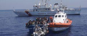 """Intercettato un barcone verso la Sicilia: 70 migranti portati a Lampedusa. Salvini: """"Saranno subito espulsi"""""""