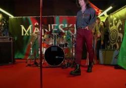 I Måneskin suonano in metropolitana: folla di giovanissimi in delirio  L'esibizione alla fermata Palestro della band guidata da Damiano  - Corriere Tv