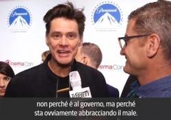 Jim Carrey e la sua risposta alla Mussolini: «Si è arrabbiata per il nonno? Capovolga la vignetta e lo vedrà saltare di gioia» La battuta  dell'attore canadese non è piaciuta: «Risposta peggiore del disegno» - Corriere Tv