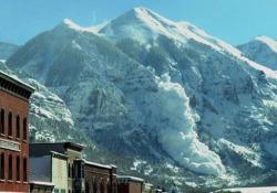 La valanga innescata dalle bombe lanciate dall'elicottero La massa di neve viene giù da Ajax Peak, una delle cime più famose di Telluride, in Colorado - CorriereTV
