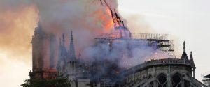 Notre Dame in fiamme, il crollo della guglia
