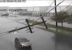 Palo della luce si schianta sull'auto, la coppia dentro non ha un graffio  Il forte vento e la pioggia a Seattle, negli Stati Uniti, avrebbe provocato la caduta - Corriere Tv
