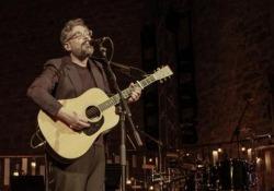 «Quale allegria», l'omaggio di Brunori Sas a Lucio Dalla Domani su Sky Arte il concerto dalla Kalsa di Palermo - Corriere Tv