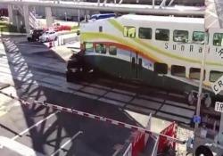 Suv sul passaggio a livello travolto dal treno passeggeri L'incidente registrato dalla videosorveglianza a Orlando, Florida - CorriereTV