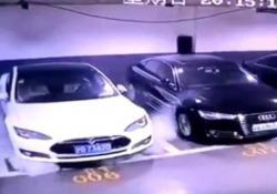 Un'auto elettrica Tesla esplode dentro il parcheggio Il video di una telecamera di sicurezza da un garage a Shanghai - CorriereTV