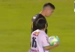 Uruguay, il portiere concede il rigore a un tifoso della squadra avversaria La lezione di sport di Kevin Dawson - Dalla Rete