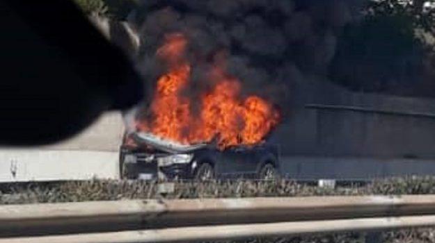 auto in fiamme, Ford Fremont, incendio, Palermo, Cronaca