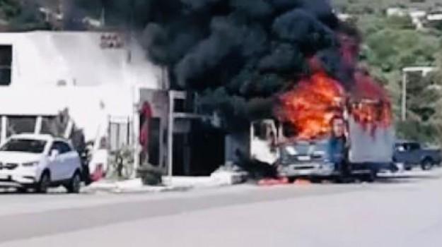 Incendio A Termini Imerese, In Fiamme Un Camion In Sosta