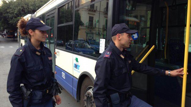 bus, cellulare, tentato furto, via roma, Cristian Monte, Palermo, Cronaca