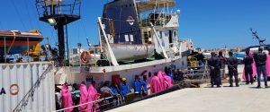 Nave Mare Jonio a Lampedusa con 30 migranti: scatta il sequestro, indagato l'equipaggio