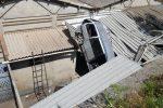 Incidente sulla Messina-Palermo, auto precipita dal viadotto e finisce su un capannone: due feriti