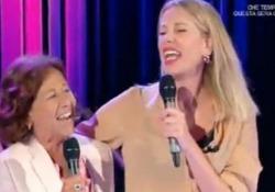 Alessia Marcuzzi canta con la mamma a