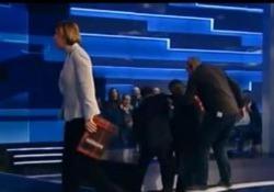 Cartabianca, Berlusconi ha un'incertezza e rischia di cadere L'ex premier sorretto da alcune persone in diretta tv - LaPresse