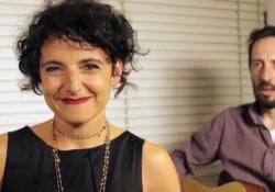 «Filastorta d'amore», i versi  di Enrica Tesio sulle musiche di Mao Mercoledì 8 maggio esce per Giunti la raccolta di poesie di «resistenza femminile» - Corriere Tv