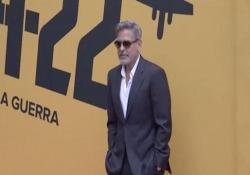 George Clooney: «La mia saga contro la guerra» (aspettando Amal sul red carpet) L'attore a Roma per presentare Catch22, di cui è anche produttore e regista dal 21 Maggio su Sky Atlantic. - CorriereTV