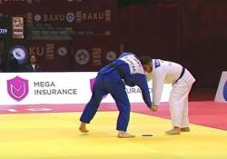 Judoka perde il cellulare durante il combattimento: squalificato La figuraccia al Grand Slam di judo a Baku, in Azerbaijan - CorriereTV