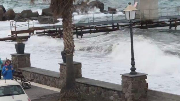 Maltempo in Sicilia, sospesi i collegamenti con le Eolie a causa del vento