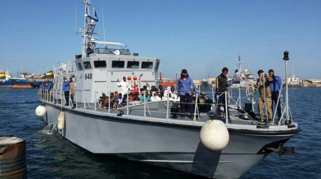 Barconi, migranti, porto empedocle, Agrigento, Cronaca