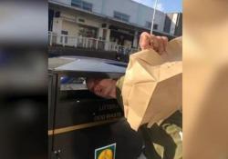 Quest'uomo in Scozia è rimasto intrappolato con la testa nel bidone della spazzatura «Voleva cercare qualcosa nel cestino dei rifiuti» - CorriereTV