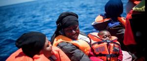 """La nuova sfida di Sea Watch: la nave davanti al porto di Lampedusa. Salvini: """"Finchè io ministro non entra"""""""